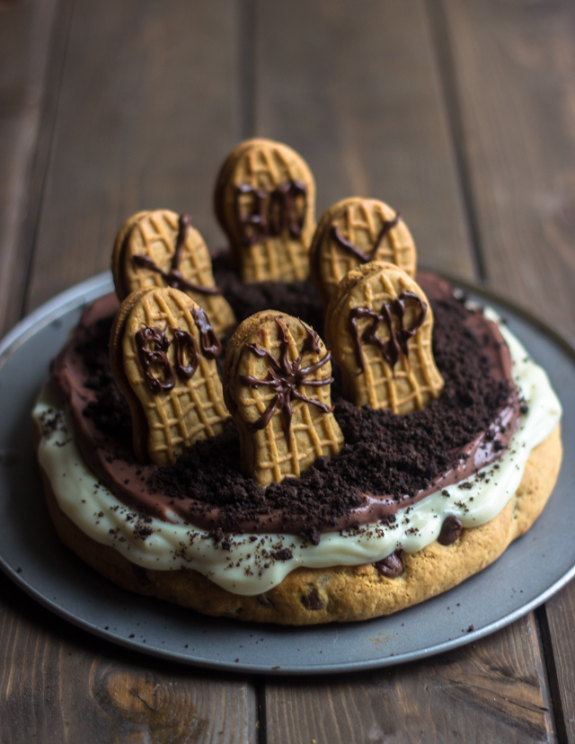 Spooky Graveyard Dessert Pizza with pudding cups #Halloween Recipes @brunchtimebaker