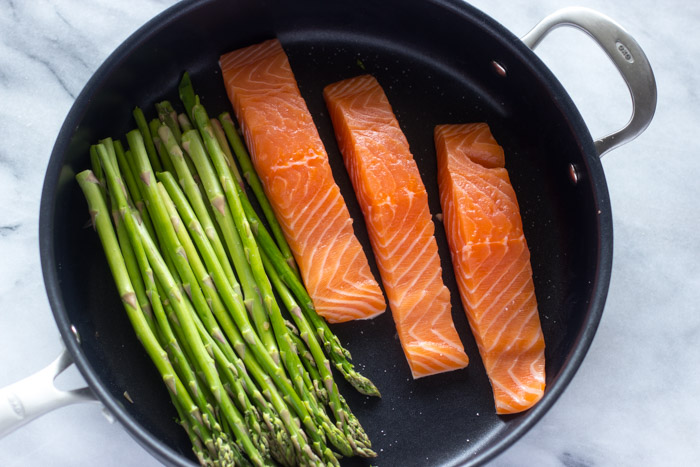 10 Minute One Pan Lemon Garlic Salmon and Asparagus