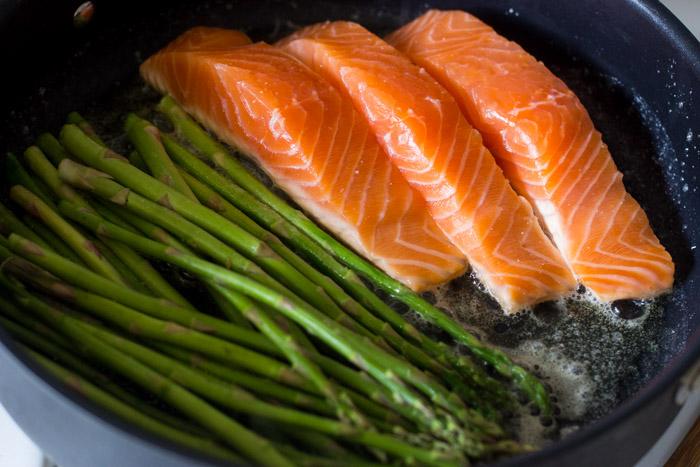 10 Minute One Pan Lemon Garlic Salmon and Asparagus